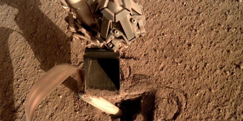 Вчені NASA полагодили марсохід, наказавши йому вдарити себе