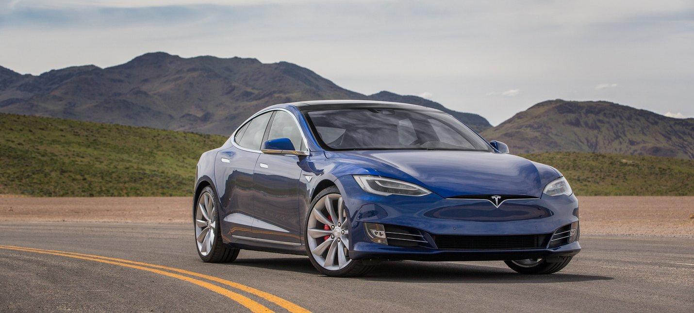 Tesla показала, як автопілот запобігає зіткненням з неуважними пішоходами