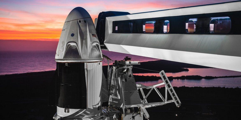 Илон Маск вместе с директором NASA и астронавтами посетил космодром в преддверии полета Crew Dragon