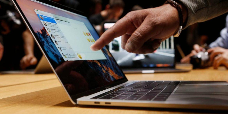 Apple закликала користувачів не заклеювати камеру на MacBook