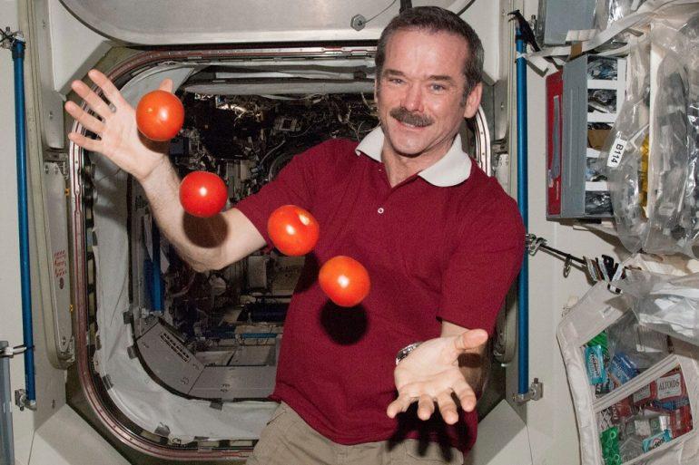 Знаменитому астронавту Крісу Хедфілду перевели його перші біткоіни з космосу