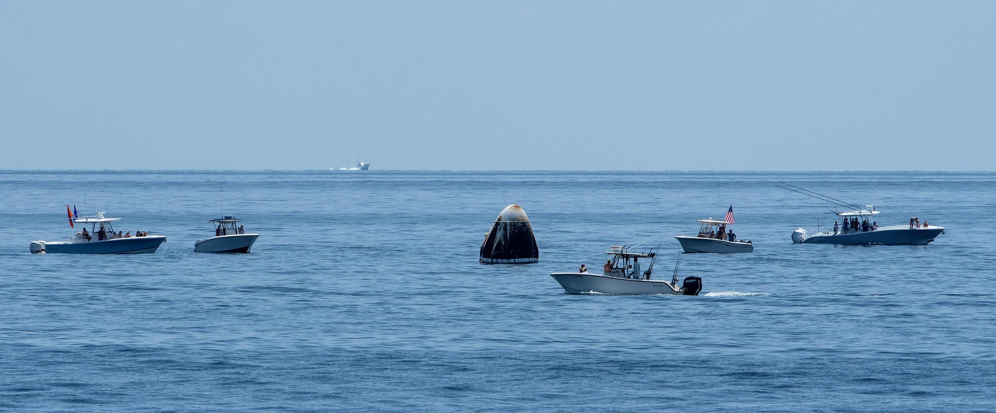 Фото: як відбувалася посадка модуля Crew Dragon в океані