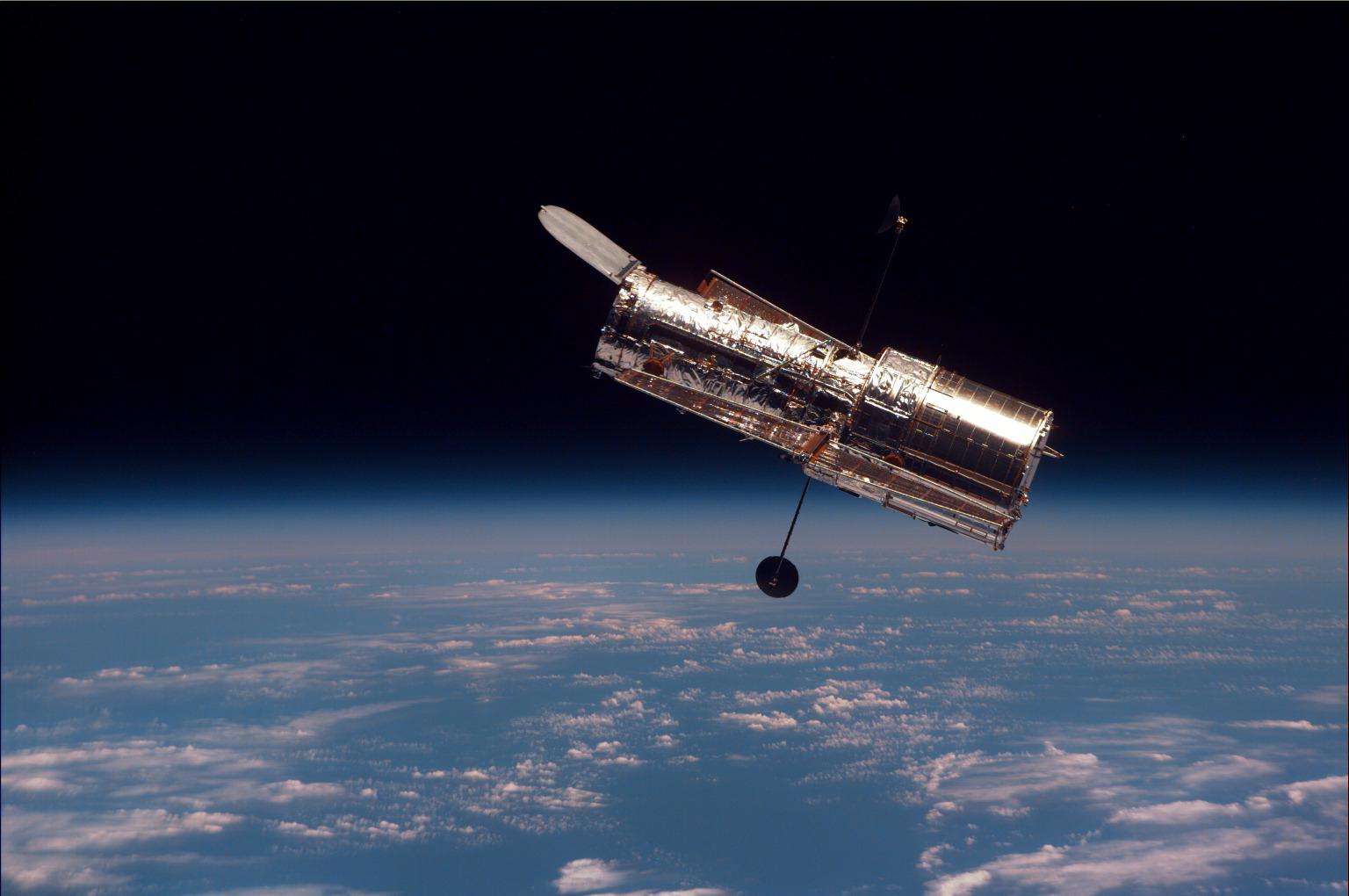 Фото: Hubble сфотографував комету NEOWISE поряд із Сонцем