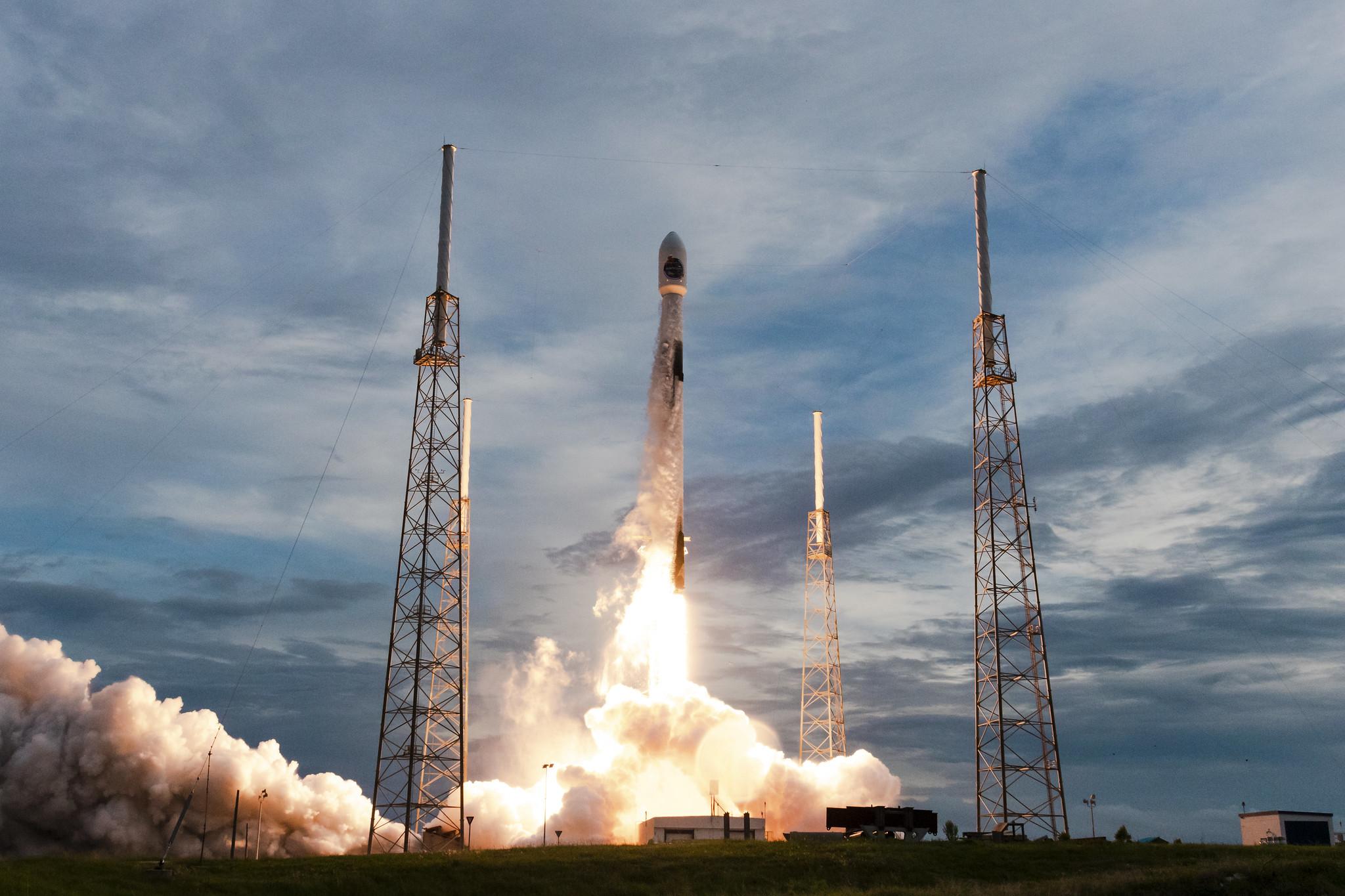 Фото: як виглядав полярний запуск ракети Falcon 9 від SpaceX