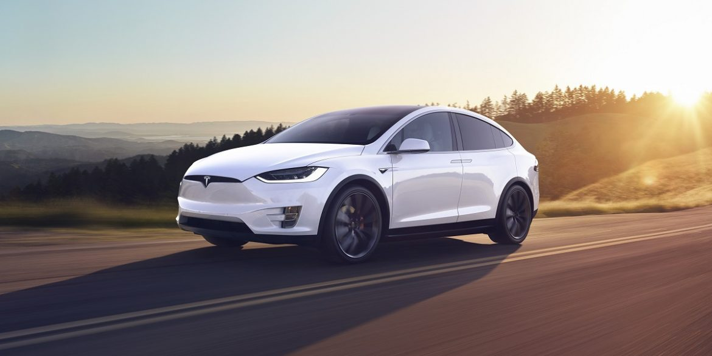 Tesla научили автомобили различать дорожные знаки и сигналы светофора