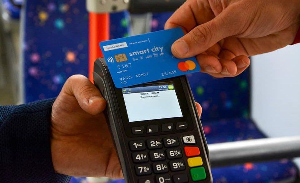 Mastercard та Ощадбанк встановили в чернівецьких тролейбусах валідатори для безконтактної оплати за проїзд