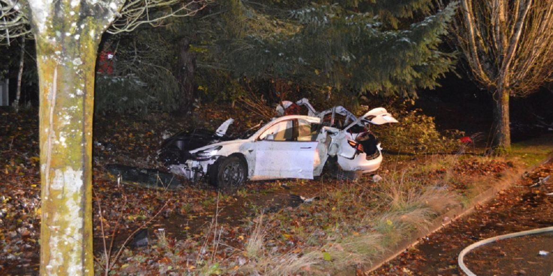 В результаті аварії Tesla Model 3 розпечені акумулятори потрапили в сусідні будинки