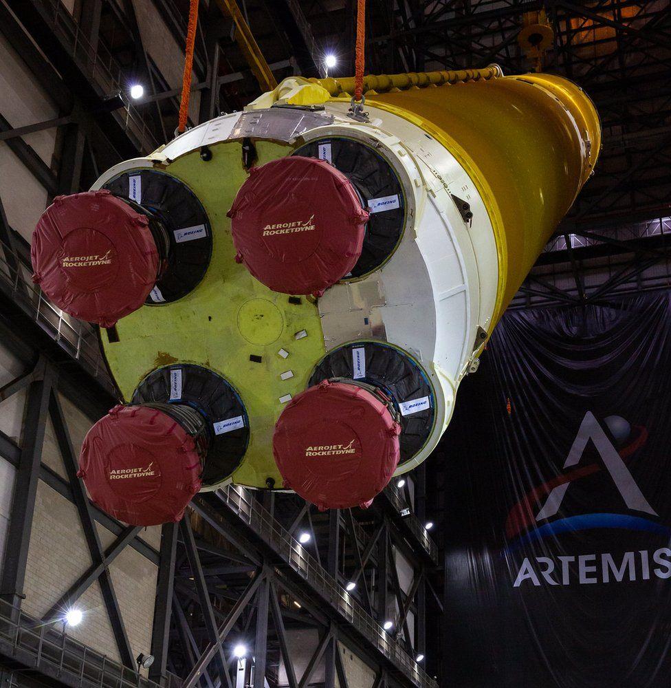NASA зібрало мегаракету для польоту на Місяць і оприлюднило фото