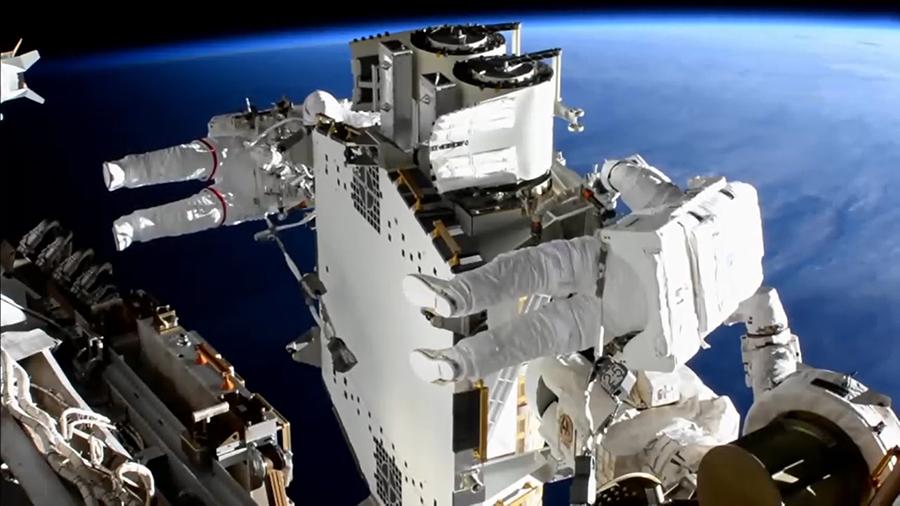 Астронавты вышли в открытый космос и установили на МКС новую солнечную батарею. Видео