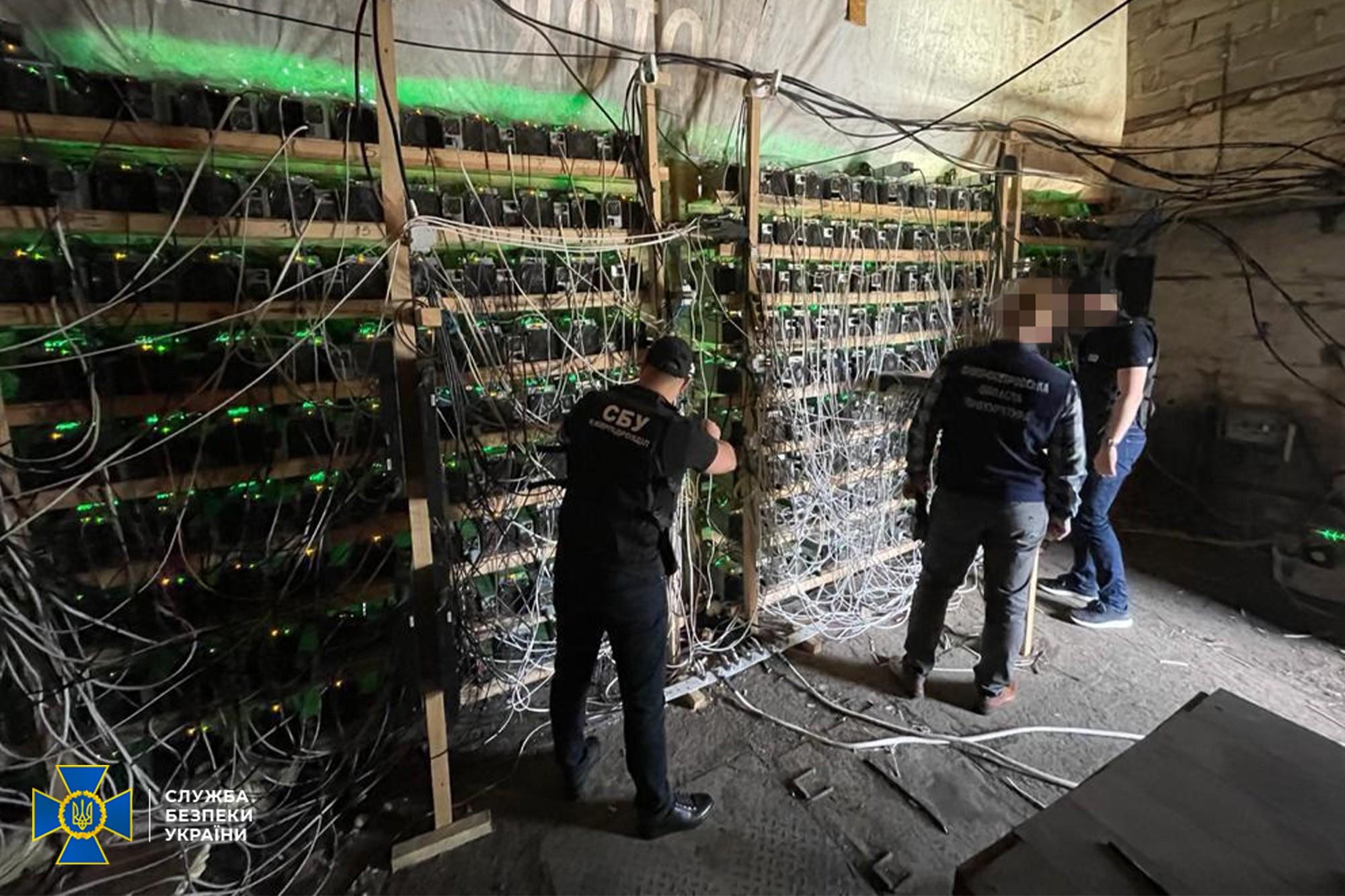 СБУ накрила велику майнінг-ферму. Добувачі підключились прямо до трансформатора