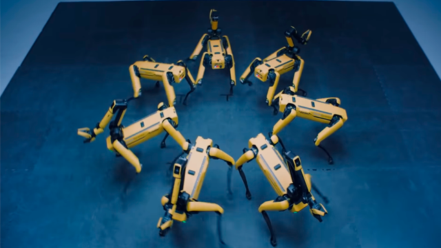 Роботы Boston Dynamics эффектно станцевали под K-pop в честь слияния с Hyundai. видео