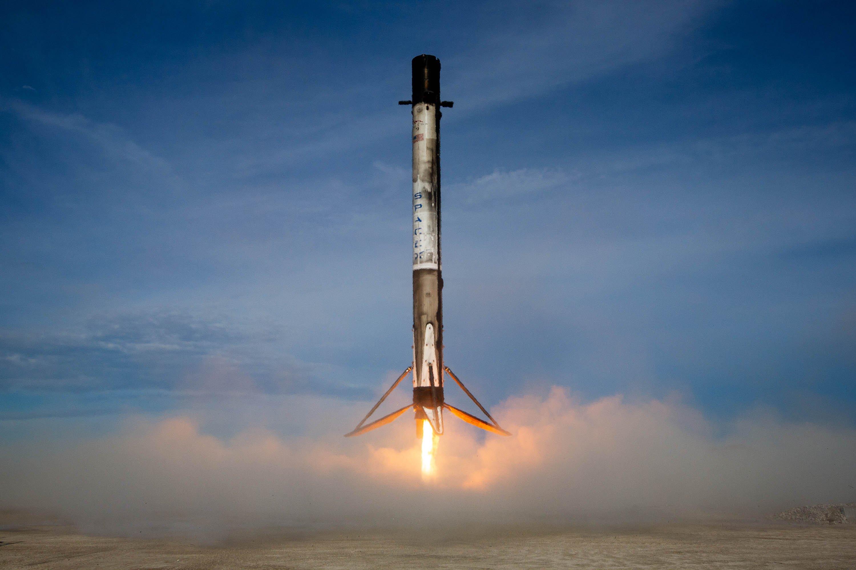 Илон Маск показал посадку Falcon-9 вблизи. Видео
