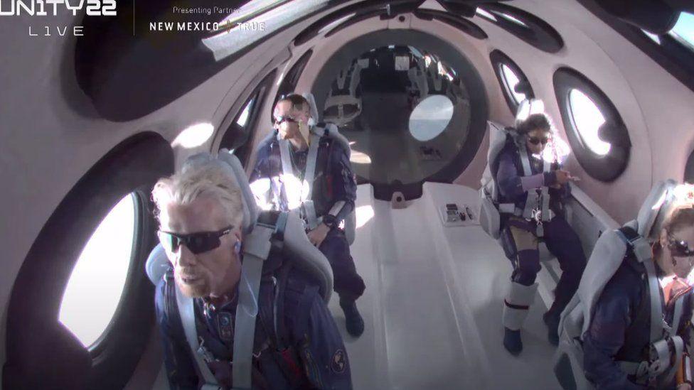Ричард Брэнсон успешно совершил полет в космос на своем корабле. Как отреагировали Маск и Безос