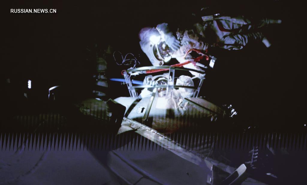 Китайські космонавти на сім годин вийшли у відкритий космос. Фото