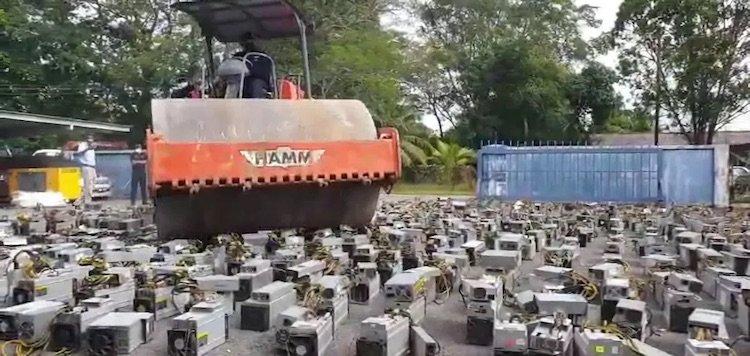 У Малайзії поліція розчавила катком ASIC-майнери на $1,6 млн