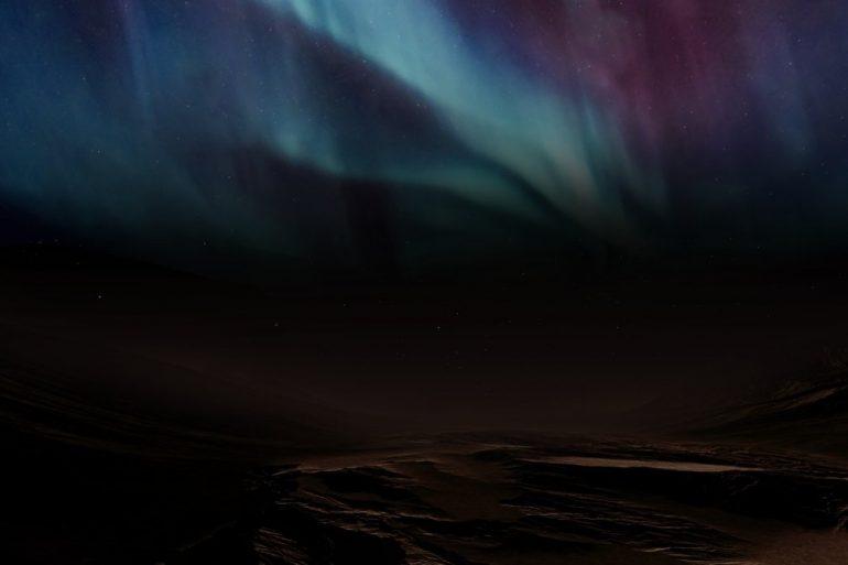 Космічний зонд ОАЕ зняв небачені раніше полярні сяйва на Марсі