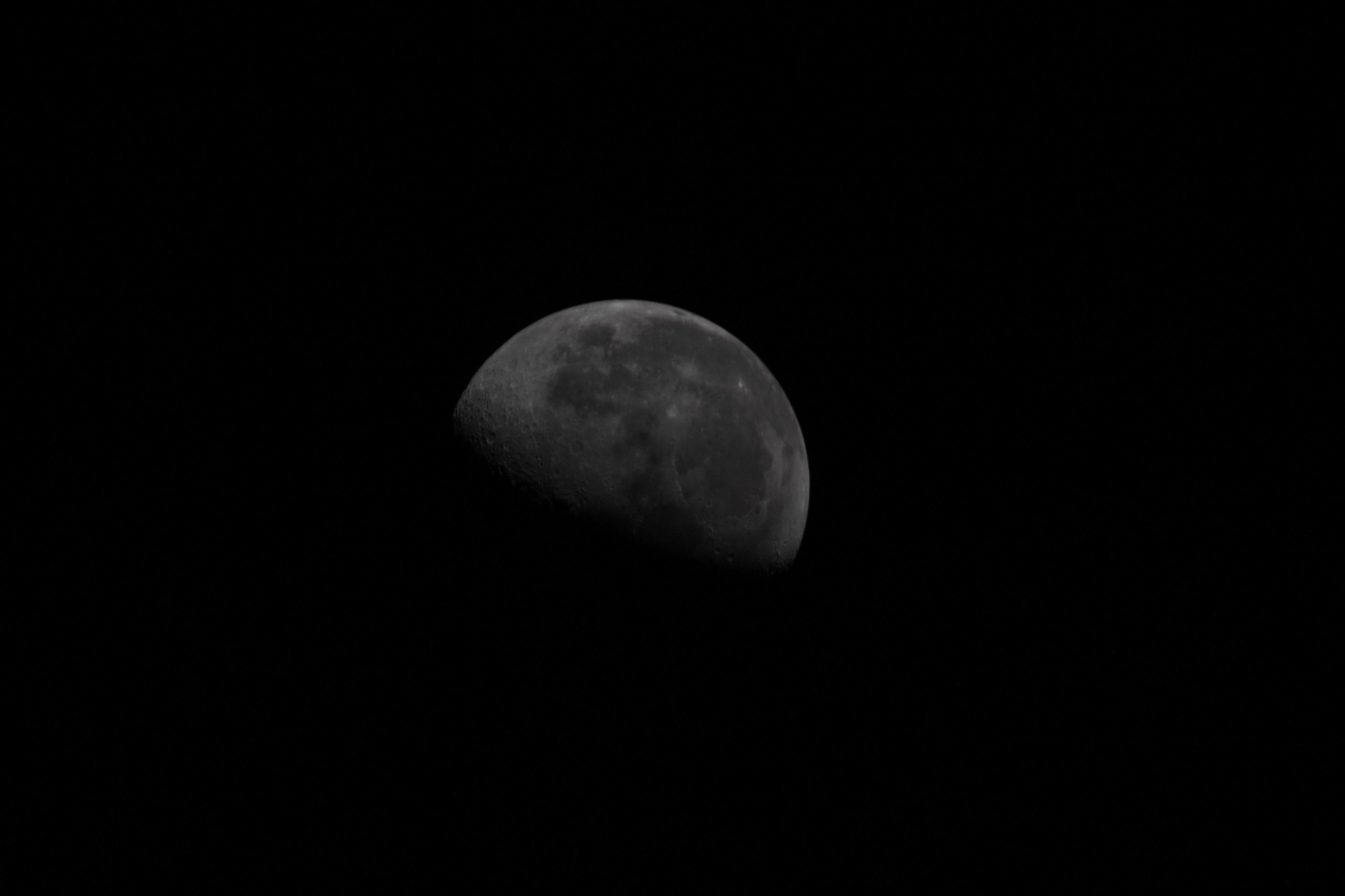 Астронавт МКС показав незвичне фото Місяця