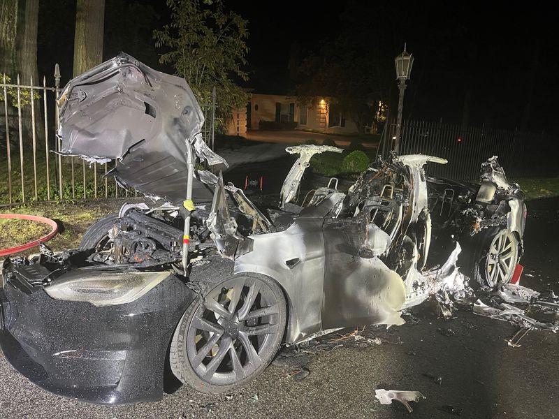 Нова Tesla Model S Plaid раптово загорілась під час руху. Фото