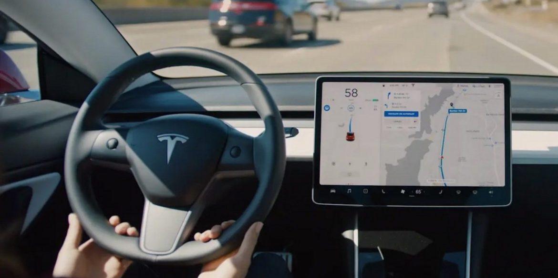 Автопілот Tesla плутає Місяць з жовтим сигналом світлофора