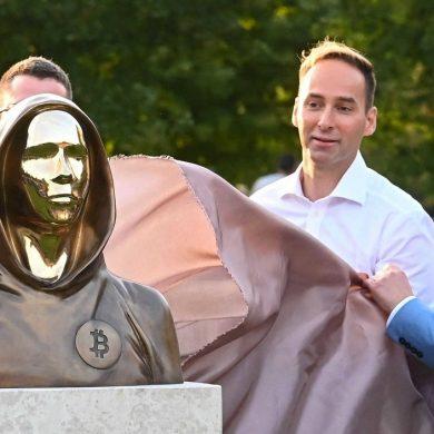 У Будапешті відкрили пам'ятник творцеві біткоіну