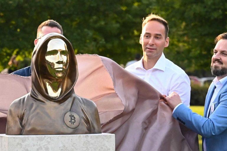 В Будапеште открыли памятник создателю биткоина