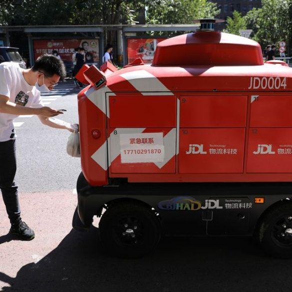Китайські компанії в 4 рази збільшили штат роботов-кур'єрів