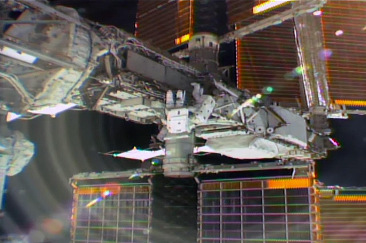 Астронавты МКС провели в открытом космосе 7 часов